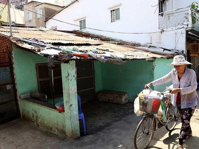 Không khó kiếm những căn nhà nát như thế này tại các thành phố lớn