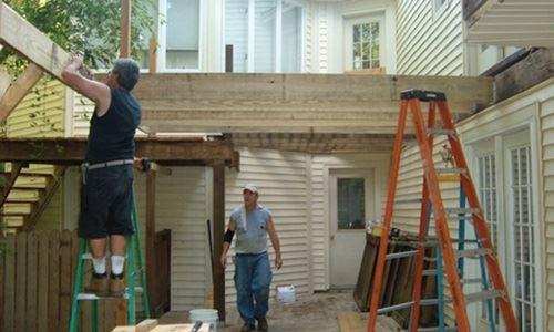Lắm khi, chính chủ đầu tư cũng phải xắn tay vào sửa chữa căn nhà như một người công nhân xây dựng thực thụ